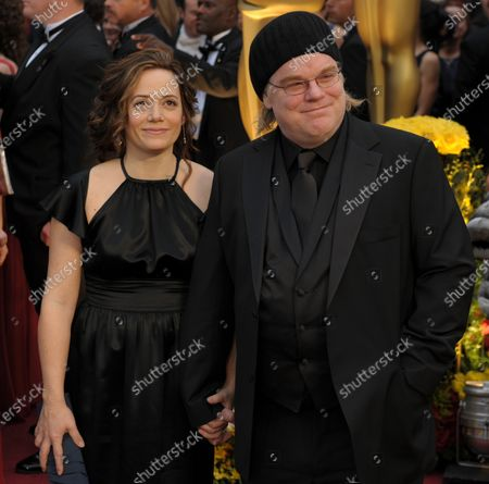 Phillip Seymour Hoffman (R) and Mimi O'Donnell arrive at the 81st Academy Awards in Hollywood on February 22, 2009.
