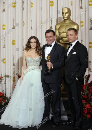 """Michael O'Connor holds his Oscar for costume design for the film """"The Duchess"""" backstage with Sarah Jessica Parker (L) and Daniel Craig (R) at the 81st Academy Awards in Hollywood on February 22, 2009."""