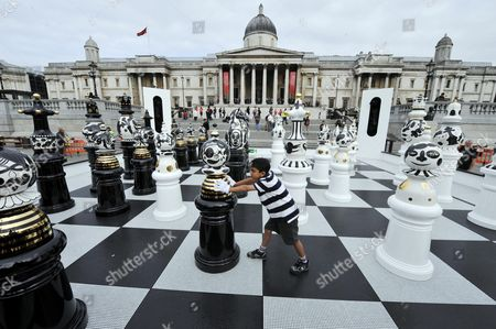 Launching The Design Festival 2009 The Tournament An Installation By Designer Jamie Hayon Of A Giant Chess Set In Trafalgar Square Today. Also Chess Champion And Egghead Cj De Mooi With Anish Ramakrishnan 9yrs. Pictures By Glenn Copus