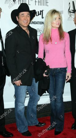 Clint Black and wife Lisa Hartman Black arrive for the 2009 Songwriters Hall of Fame 40th Anniversary Induction Ceremony and Gala at the Marriott Marquis Hotel in New York on June 18, 2009.