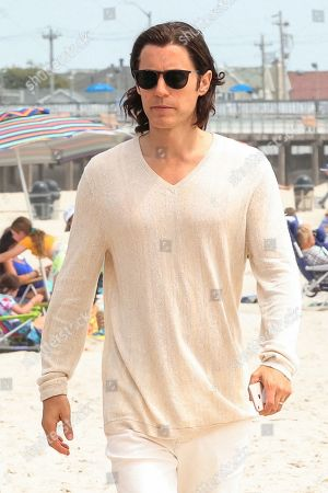 Jared Leto at the film set of the 'WeCrashed' TV Series at The Shores Atlantic Beach in New York City.NON-EXCLUSIVE August 16, 2021Job: 210816JSAN6 New York, NYwww.bauergriffin.com