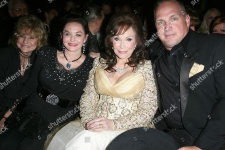 Peggy Sue, Crystal Gayle and Loretta Lynn with Garth Brooks