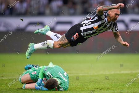 Eduardo Vargas (top) of Mineiro vies for the ball with Franco Armani goalkeeper of River during the Copa Libertadores quarter finals soccer match between Atletico Mineiro and River Plate at Minearao stadium in Belo Horizonte, Brazil, 18 August 2021.