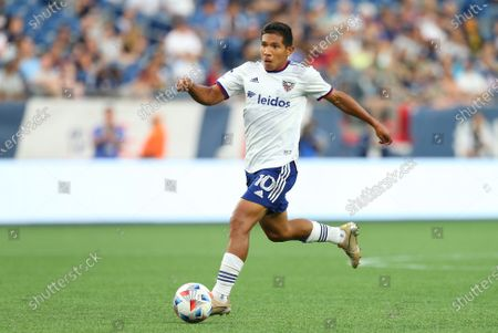 Foxborough, MA, USA; D.C. United forward Edison Flores (10) dribbles during an MLS match between D.C. United and New England Revolution at Gillette Stadium