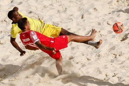 Teva Zaveroni (in front) of Tahiti and Bachir of Mozambique vie for the ball during the FIFA Beach Soccer World Cup Russia 2021 Group D match between Tahiti and Mozambique on August 23, 2021 at Luzhniki Beach Soccer Stadium in Moscow, Russia.