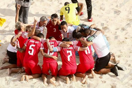 Tahiti head coach Teva Zaveroni (C) talks with his players after winning the FIFA Beach Soccer World Cup Russia 2021 Group D match between Tahiti and Mozambique on August 23, 2021 at Luzhniki Beach Soccer Stadium in Moscow, Russia.