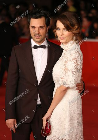 """Fotografia stock a tema Massimiliano D'Epiro (L) and Violante Placido arrive on the red carpet before the screening of the film """"Dallas Buyers Club"""" during the 8th annual Rome International Film Festival in Rome on November 9, 2013."""