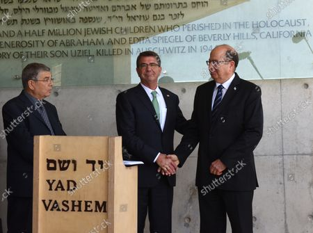 Israeli Defense Minister Moshe Ya'alon (R) shake hands with US Secretary of Defense Ashton Carter outside the Children's Memorial of the Yad Vashem Holocaust Museum that commemorates the six million Jews killed by the German Nazis during World War II, in Jerusalem, Israel, July 21, 2015.  Carter is visiting Israel to ease concerns over the nuclear deal with Iran.