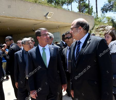 Israeli Defense Minister Moshe Ya'alon (R) talks to US Secretary of Defense Ashton Carter during a visit to the Yad Vashem Holocaust Museum that commemorates the six million Jews killed by the German Nazis during World War II, in Jerusalem, Israel, July 21, 2015.  Carter is visiting Israel to ease concerns over the nuclear deal with Iran.