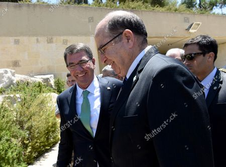 US Secretary of Defense Ashton Carter (L) talks to Israeli Defense Minister Moshe Ya'alon during a visit to the Yad Vashem Holocaust Museum that commemorates the six million Jews killed by the German Nazis during World War II, in Jerusalem, Israel, July 21, 2015.  Carter is visiting Israel to ease concerns over the nuclear deal with Iran.