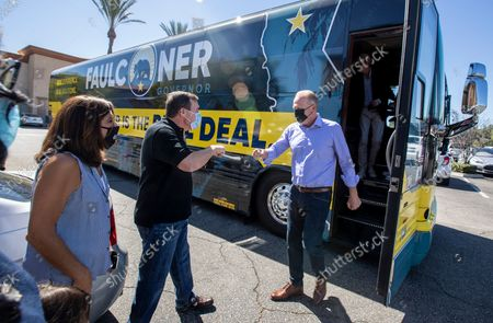 Kevin Faulconer , right, greets state senator Scott Wilk, center, as he steps off his campaign bus at the Black Bear Diner on Saturday, Aug. 28, 2021 in Santa Clarita, CA. (Brian van der Brug / Los Angeles Times)