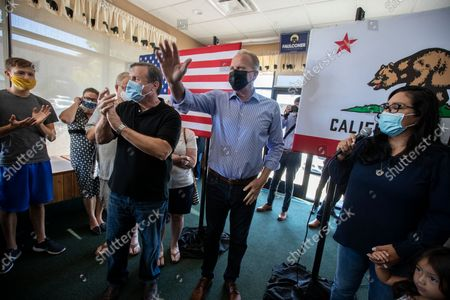Kevin Faulconer greets supporters during a campaign stop at the Black Bear Diner on Saturday, Aug. 28, 2021 in Santa Clarita, CA. (Brian van der Brug / Los Angeles Times)