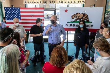 Kevin Faulconer speaks with supporters during a campaign stop at the Black Bear Diner on Saturday, Aug. 28, 2021 in Santa Clarita, CA. (Brian van der Brug / Los Angeles Times)