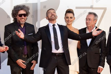 "(L-R) Director Mariano Cohn, Antonio Banderas, Penelope Cruz, Oscar Martinez attend the red carpet of the movie ""Competencia Oficial"""