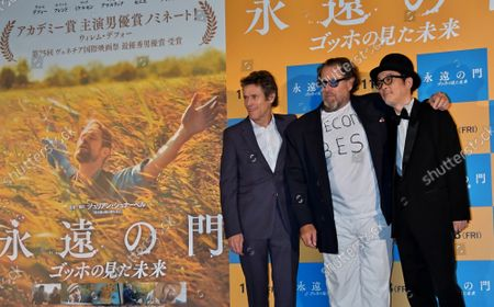 """(L-R)Actor Willem Dafoe, Director Julian Schnabel and Japanese actor Lily Franky pose for photographers during the Japan premiere for the film """"At eternity's gate"""" in Tokyo, Japan on Thursday, September 26, 2019."""