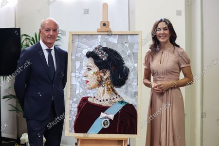 Maurizio Giani, Princess Mary with a portrait of her made with recycled materials during the visit of the Danish installations and companies at the Museum of Science and Technology at the Fuorisalone 2021