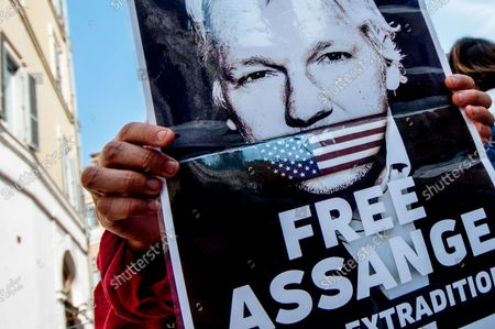 Today in front of Montecitorio: Italians for Assange in support of press freedom and against the procedure for the extraction of the journalist Julian Assange