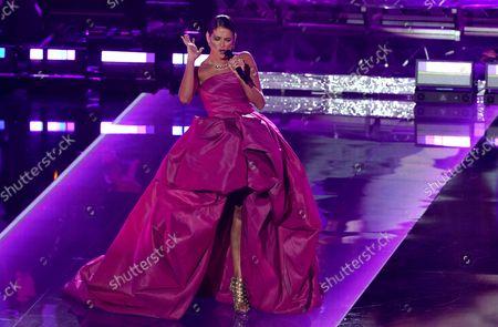 """En esta fotografía del 19 de noviembre de 2020 Natalia Jiménez canta en un homenaje a Julio Iglesias en la 21a entrega del Latin Grammy en el American Airlines Arena en Miami. Jiménez lanzará su álbum """"México de mi corazon II"""" el 10 de agosto de 2021"""