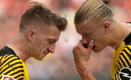 Dortmund's Marco Reus, left, got a cut in his face next to Dortmund's Erling Haaland, right, during the German Bundesliga soccer match between Bayer Leverkusen and Borussia Dortmund in Leverkusen, Germany