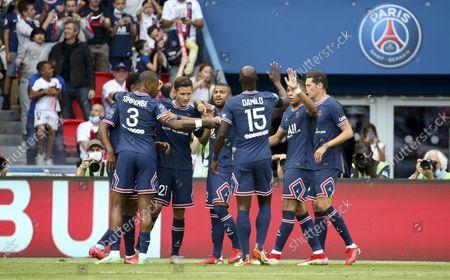 Ander Herrera of PSG celebrates his goal with Rafael Alcantara aka Rafinha and teammates