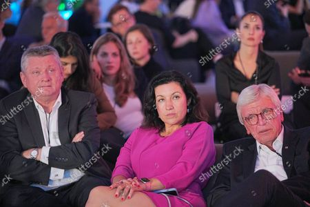 Hermann Gröhe (CDU, l-r), Dorothee Baer (CSU), Digitization Commissioner, and Hessian Prime Minister Volker Bouffier (CDU) are sitting in a VIP tent when transmitting the discussion of chancellor candidates. The chancellor candidates from Alliance 90/Grüne, CDU and SPD, Bärbock, Laschet, Scholz meet in a first TV discussion at RTL and ntv.