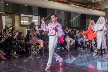 Madrid Fashion Week kicks off with a 'performance' inspired by the New York 'ballroom' scene  Five of the main 'ballroom' categories have been recreated: 'Runway', 'Hands Performance', 'Posing', 'Face' and 'Vogue Femme'. In an edition of sustainable, local, inclusive fashion and more diverse than ever.  Madrid es Moda, an initiative led by ACME under the umbrella of the Madrid Capital de Moda initiative and framed within the Madrid Fashion Week, began today September 14 at the Serrería Belga (Alameda, 15), in which they have participated outstanding Spanish designers and some of the main names on the national scene.  Taking as inspiration the New York voguing competitions of the 80s, 15 performers dressed by Moisés Nieto, Brain & Beast, Maison Mesa, Beatriz Peñalver and JC Pajares will perform on the square, with accessories by Anton Heunis and footwear by AFT-R . Mia Daniela Revlon, Koko, Charlie6 and Pukas Visori are some of the artists who have recreated the five of the main ballroom categories, one for each designer: Runway, Hands Performance, Old Way / Posing, Face and Vogue Femme.  Presented by Silvi ManneQueen, Spanish Fashion Ballroom also had Elmer as commentator and Putochinomaricón as DJ. The jury will be made up of the actresses Topacio Fresh and Penelope Guerrero along with the artists of the Parisian ballroom scene Keiona Revlon and Matyouz Ladurée. All of them will wear looks from relevant Spanish author fashion firms.  Madrid es Moda (MeM) will continue to bring fashion closer to the street in a different and performative way. It will be a celebration of plurality, creativity and expressiveness, values â€â€that author fashion represents and the Madrid is Fashion project.