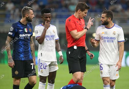 Inter Milan's Marcelo Brozovic (L) Real Madrid's Vinicius Junior (2-L) and Nacho Fernandez (R) speak with referee Daniel Siebert during the UEFA Champions League group D soccer match between FC Inter and Real Madrid at Giuseppe Meazza stadium in Milan, Italy, 15 September 2021.