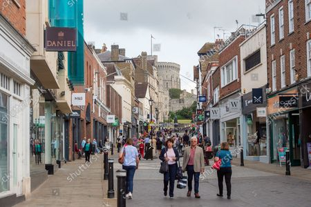 Shoppers out in Peascod Street, Windsor. The number of positive Covid-19 cases in the Royal Borough of Windsor per 100,000 people in the seven days up to and including 10 September compared with the week before are 345, down from 387. Under the latest Government Plan A, unvaccinated people will be encouraged to be jabbed, vaccines will be offered to 12 to 15 year old children and booster jabs are to be rolled out to over 50s