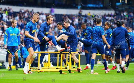 Harry Kane of Tottenham Hotspur warms up