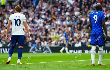 Harry Kane of Tottenham Hotspur and Romelu Lukaku of Chelsea