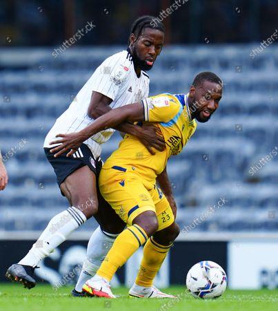 Josh Onomah of Fulham battles with Junior Hoilett of Reading