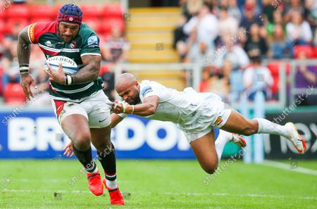 Tom O'Flaherty of Exeter just holds on to Nemani Nadolo of Leicester Tigers as he charges down the wing