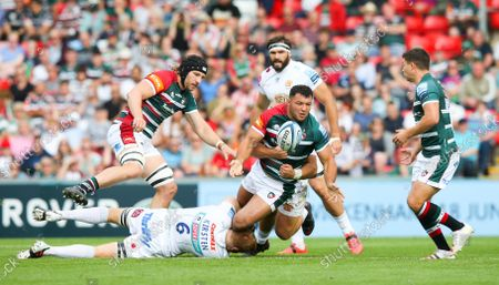 Ellis Genge (Captain) of Leicester Tigers passes to Ben Youngs of Leicester Tigers while being tackled by Jannes Kirsten of Exeter