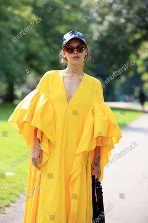 ภาพถ่ายสำหรับบทความข่าว Street Style, Spring Summer 2022, London Fashion Week, UK - 20 Sep 2021