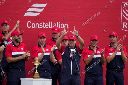 """Team USA captain Steve Stricker holds up a """"W"""" for Wisconsin at the closing ceremony after the Ryder Cup matches at the Whistling Straits Golf Course, in Sheboygan, Wis"""