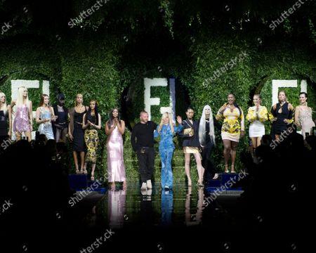 Vittoria Ceretti, Gigi Hadid, Mariacarla Boscono, Naomi Campbell, Kim Jones, Donatella Versace, Kristen McMenamy, Amber Valletta, Kate Moss on the catwalk