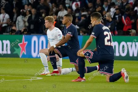 Kevin De Bruyne of Manchester City, Kylian Mbappe of PSG and Ander Herrera of PSG take a knee before the match
