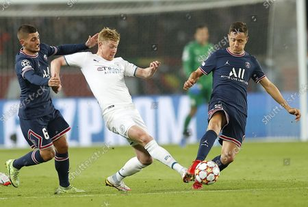 Paris Saint Germain's Marco Verratti (L), Paris Saint Germain's Ander Herrera (R) and Manchester City's Kevin De Bruyne (C) in action during the UEFA Champions League group A soccer match between PSG and Manchester City at the Parc des Princes stadium in Paris, France, 28 September 2021.