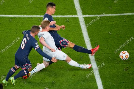 Manchester City's Kevin De Bruyne, centre, battles for the ball with PSG's Marco Verratti, left, and PSG's Ander Herrera, top, during the Champions League Group A soccer match between Paris Saint-Germain and Manchester City at the Parc des Princes in Paris