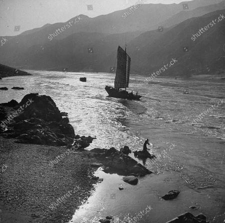Yangtze River Essay: Junk running Kung Ling Tan rapids.