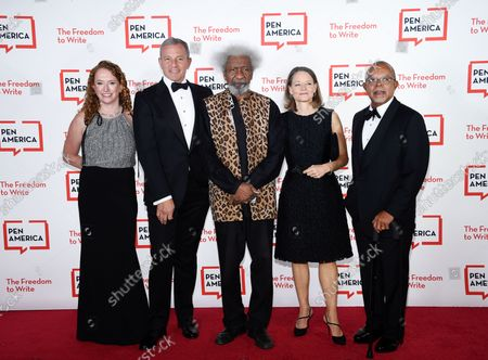 America CEO Suzanne Nossel, left, Corporate Honoree Robert Iger, playwright Wole Soyinka, actress Jodie Foster and PEN/Audible Literary Service Award recipient Dr. Henry Louis Gates pose together at the 2021 PEN America Literary Gala at the American Museum of Natural History, in New York