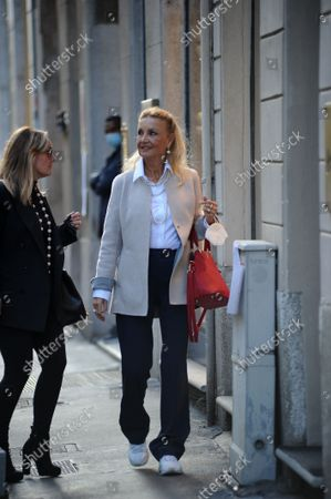 Barbara Bouchet strolls through the streets of the center with a friend, stopping to browse the windows of the boutiques of the quadrilateral.