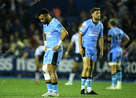 Willis Halaholo and Rhys Priestland of Cardiff looks dejected.