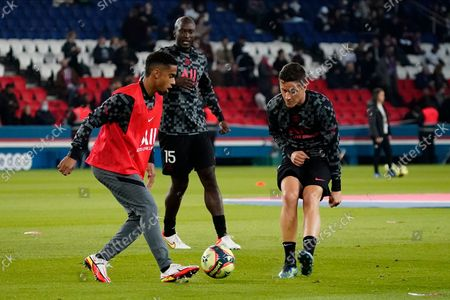 (L-R) Colin Dagba, Danilo Pereira and Ander Herrera of PSG warm up before the match