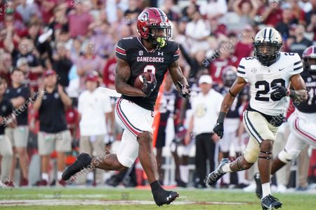 South Carolina tight end Jaheim Bell (0) runs with the ball against Vanderbilt cornerback Jaylen Mahoney (23) during the second half of an NCAA college football game, in Columbia, S.C. South Carolina won 21-20