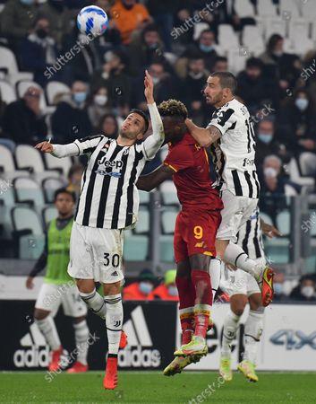 (211018) - TURIN, Oct. 18, 2021 (Xinhua) - FC Juventus' Rodrigo Bentancur (L) and Leonardo Bonucci (R) lives with Roma's Tammy Abraham during a Serie A football match between FC Juventus and Roma in Turin, Italy, on Oct. 17, 2021.