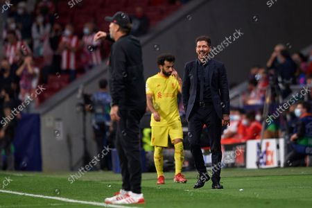 Diego Simeone head coach of Atletico Madrid looks to Jurgen Klopp head coach of Liverpool during the UEFA Champions League group B match between Atletico Madrid and Liverpool FC at Wanda Metropolitano on October 19, 2021 in Madrid, Spain.