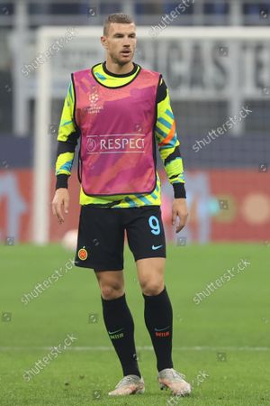 Edin Dzeko of FC Internazionale warms up