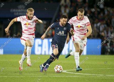Lionel Messi of PSG between Konrad Laimer and Lukas Klostermann of RB Leipzig