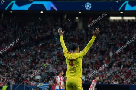 Virgil Van Dijk reclaim the ball. More than 55.000 people comes to see the match between Atlético de Madrid and Liverpool, Griezmann twice and Mohamed Salah two times too, makes the majority of the goals, for a match which the final score was 2 to 3 whit victory of Liverpool.